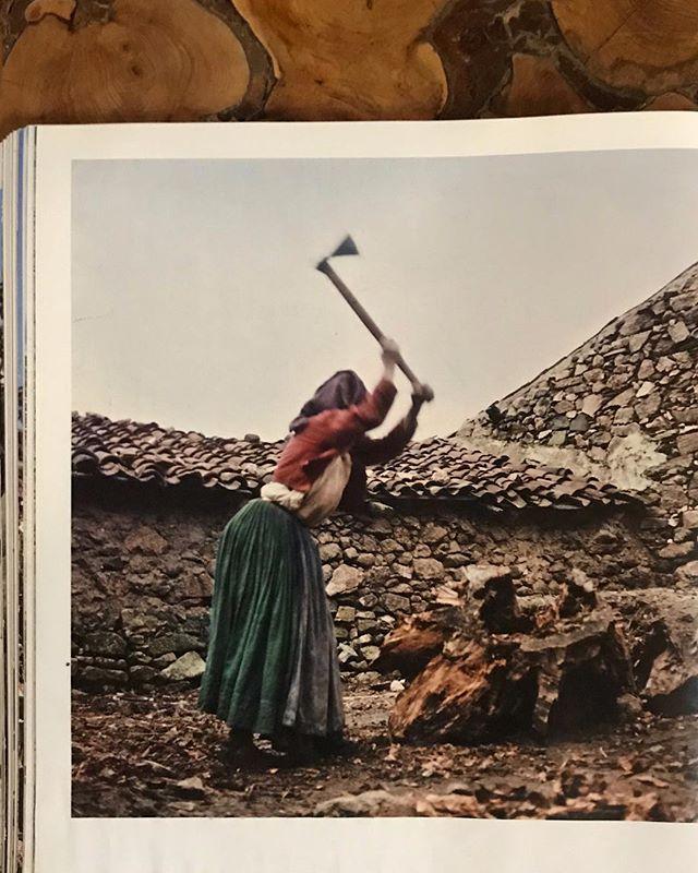 Ollolai, donno che spacca la legna, 1963. Marianne Sin-Pifältzer